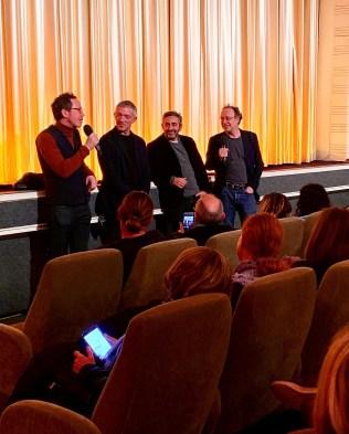 Reda Kateb (l.), Vincent Cassel und Éric Toledano beim Q&A mit dem Moderator Jörg Taszman im Cinema Paris nach dem Screening von ALLES AUSSER GEWÖHNLICH
