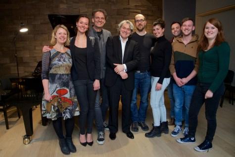 Das Klavier Salon-Team beim Konzert mit dem Pianisten Gerold Huber (Vorne Mitte) © Christian Rudnik