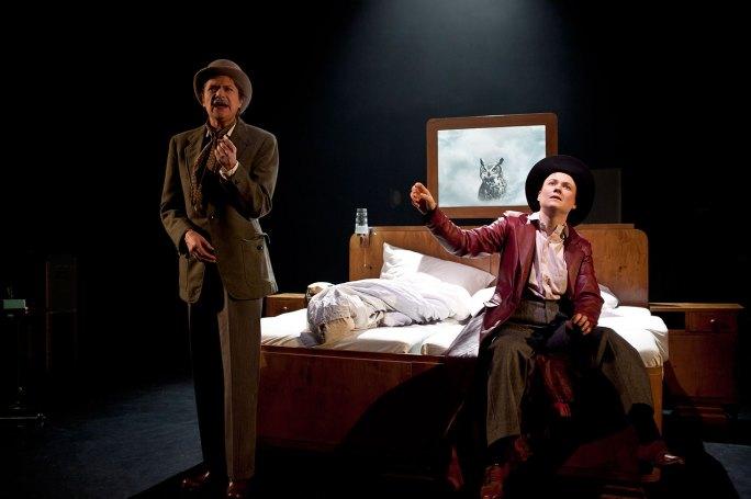 H.G. Wells (Johanna Orsini-Rosenberg) und Richard Stanley (Julia Schranz))
