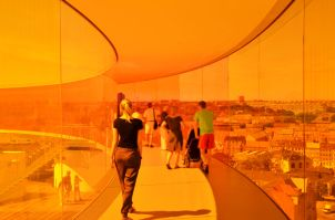 "Sky Walk ""Your Rainbow Panorama"" am Dach des ARoS Aarhus Kunstmuseum c) Aros Kunstmuseum"