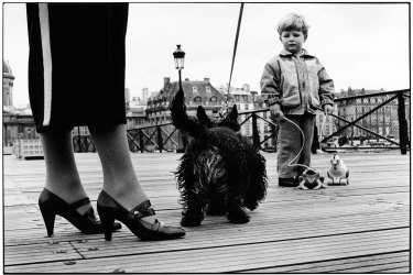 Elliott Erwitt Paris 1989 © Elliott Erwitt / Magnum Photos, courtesy OstLicht Gallery