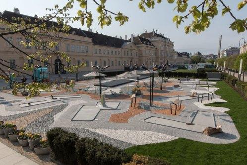 """Skulpturenpark """"MQ Amore"""" am MQ Vorplatz © eSeL.at - Lorenz Seidler"""