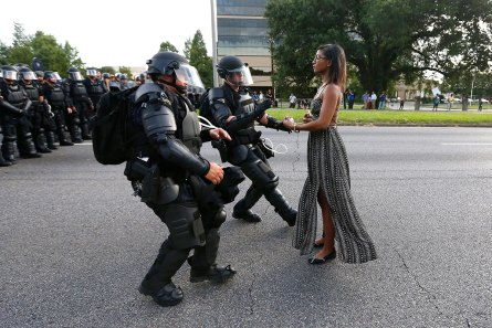 Aktivistin Ieshia Evans streckt den Polizisten zur Verhaftung die Hände entgegen. Aktuelle Themen – Erster Preis, Einzelbilder © Jonathan Bachman, Reuters Titel: Stellung beziehen in Baton Rouge