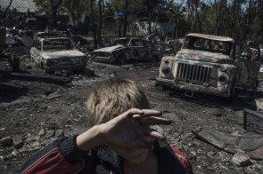 EIn Lozovoe, Luhansk, läuft ein Dorfbewohner an ausgebrannten Autos vorbei. Langzeitprojekte – Erster Preis© Valery Melnikov, Rossiya SegodnyaTitel: Schwarze Tage in der Ukraine