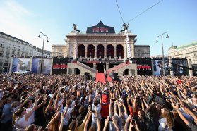 Schaulustige vorder Wiener Oper