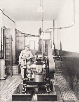 Generator im Maschinenraum. Aus: Unser Heim am Semmering © Gemeinde Semmering