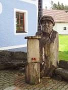 In Holz geschnitzt: Erinnerung an den Wiener Künstler Friedensreich Hundertwasser in Roiten