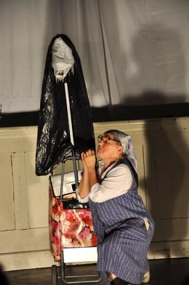 Frau Franzi (Marika Reichhold) macht auch auf der Bühne sauber © Ilse Teix