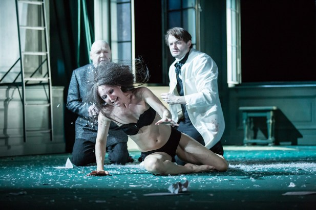 Siegfried Walther (Monsieur L'Heureux), Maria Köstlinger (Emma Bovary) und Roman Schmelzer (Charles Bovary)
