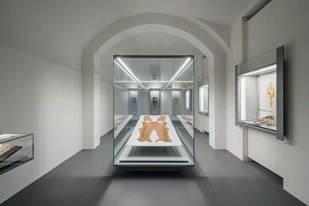 Ausstellungsansicht mit der Grabhülle Rudolf IV. © Hertha Hurnaus, Dom Museum Wien