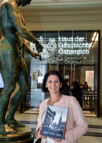 Christa Bauer mit Fremdenführermagazin vor dem Haus der Geschichte © Fotos: Josef Parak
