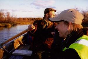 Båtpassage i Kiruna 2005. Lars Backmans bruna mockajacka gör honom osynlig i skogen. Åsa Lindgrens varselväst gör henne mera synlig. Fotograf: Olof Östlund