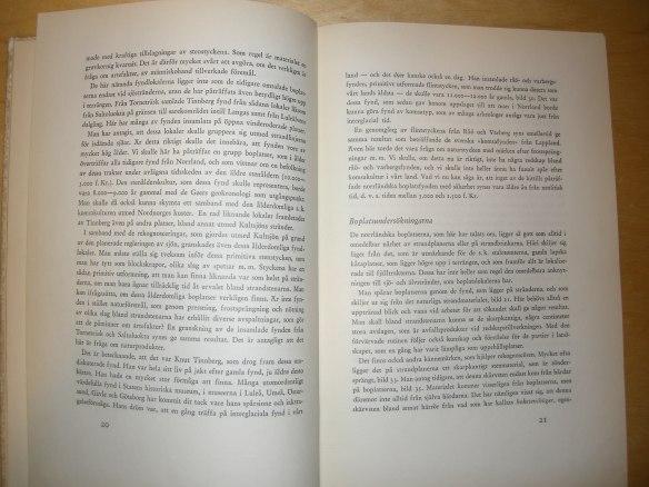 """Ett textuppslag """"Från Norrlands älvar och Fjällsjöar"""" (1960) visar att boplatser i Norra sverige då inte ansågs vara äldre än 5000 år (3000 f.Kr.). Foto Olof Östlund."""