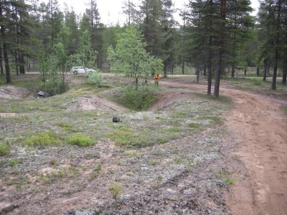 Ytterligare två av de tolv jordrymningarna. Bilen och arkeologen ger en uppfattning om hur stora de är. ©Norrbottens museum. Foto Dag Lantz.