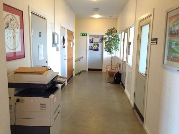 Del av korridor med många olika dörrtyper, samtidigt som det känns som att kliva tillbaka 40 år i tiden. Foto: Jennie Björklund © Norrbottens museum
