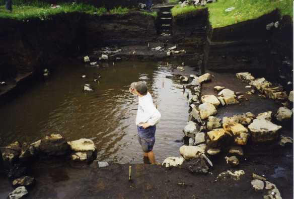 """""""…och vad gör vi nu när grundvattnet är högre än schaktets botten?"""" En utmaning att lösa i Kirkjubæjarklaustur, Island. Foto från Olof Östlunds privata fotoalbum"""