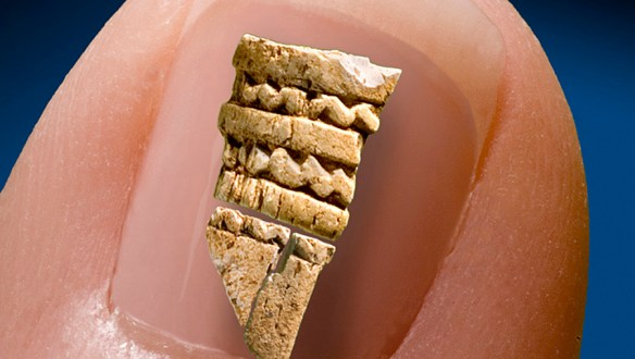 En dekorerad benpärla gjord av ett rörben från Sangis, Norrbotten (Från arkeologisk undersökning av lokal 39 inför Haparandabanan). ©Norrbottens museum. Foto Staffan Nygren