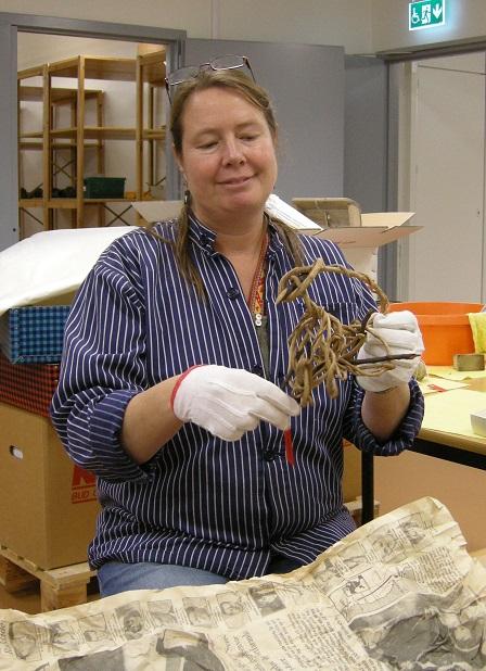 Anja Wrede håller rot-trådhärvan i händerna.