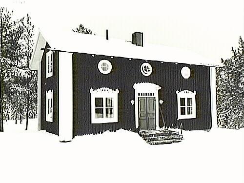 Svartvitt foto med hus med vita knutar
