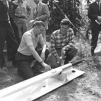 Bert_Bolin_till_hoeger_inspekterar_i_augusti_1961_raketen_som_skulle_bli_det_foersta_svenska_rymdskottet