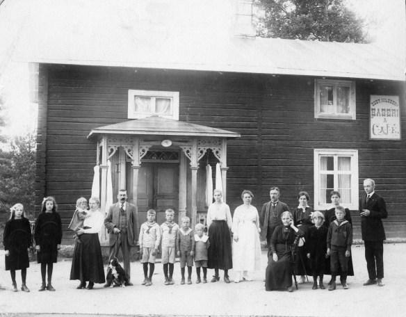 Frans Gustav m familj framför bageriet ca 1921
