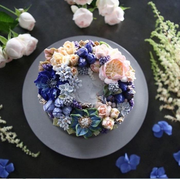 Торт, декорированный в голубом тоне.