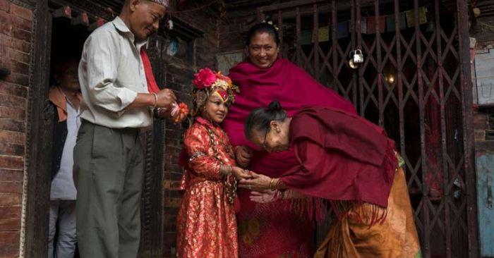 Богатые люди часто приглашают богиню кумари присутствовать на свадьбах. Фото: english.manoramaonline.com