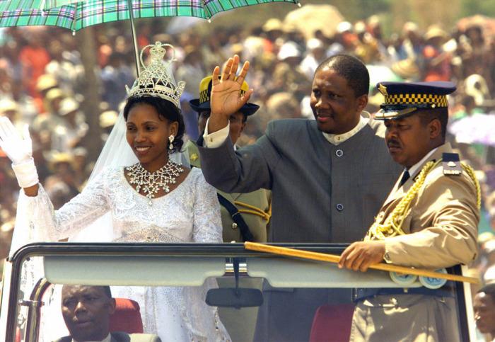 Король Лесото Летси III со своей новой женой Карабо Мотсоененг приветствует толпу в Матсинге, 20 февраля 2000.