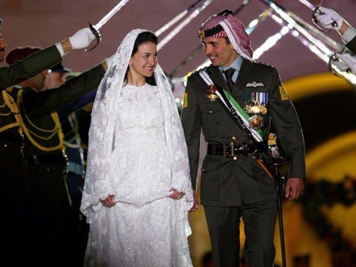 Наследный принц Хамза из Иордании и его невеста Принцесса Нур улыбаются во время свадебных торжеств, состоявшихся в 2004 году в Аммане, Иордания.