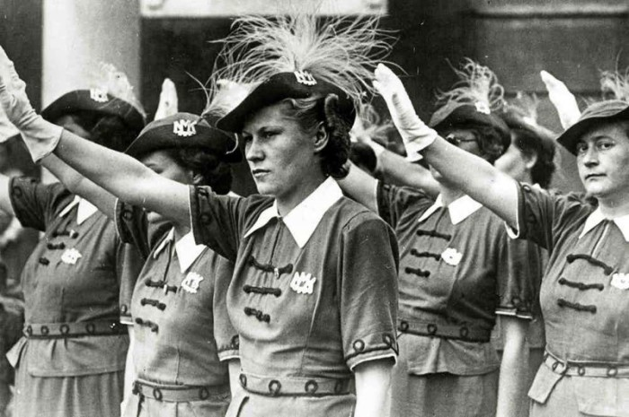 Традиционное нацистское приветствие.
