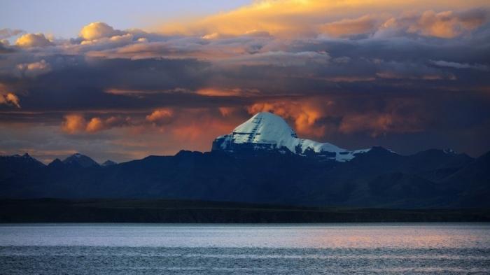 Вид на Кайлас с озера Манасаровар. / Фото: www.kudatotam.ru
