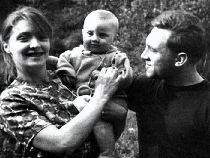 Людмила Абрамова и Владимир Высоцкий с сыном Аркадием на станции «Отдых», 29 июля 1963 года.  / Фото: Н.Гузанов, www.liveinternet.ru