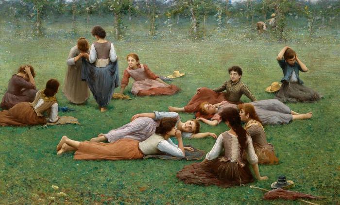 Девушки, отдыхающие после игры.