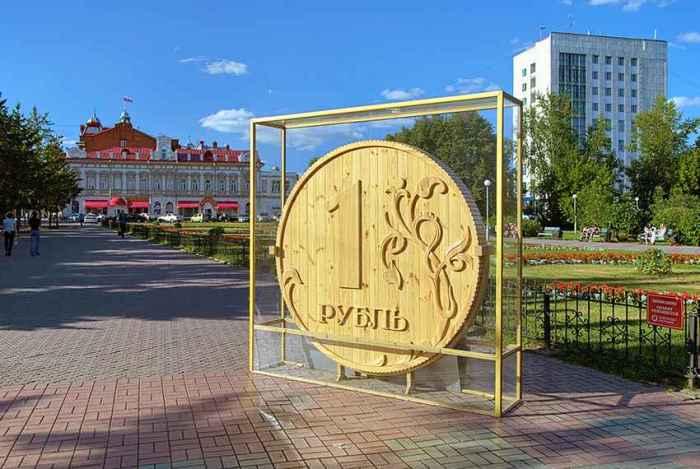 Памятник рублю в Томске. / Фото: www.like-a.ru
