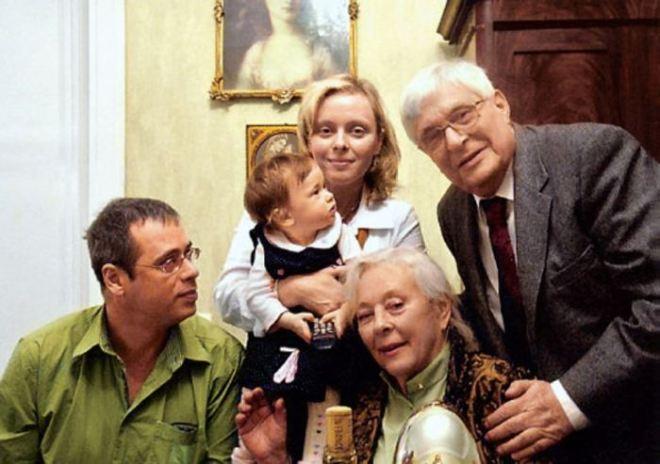 Дружная семья. / Фото: Из личного архива О.Басилашвили.