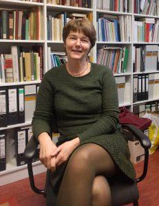 Die Ethnologin Leonore Scholze-Irrlitz sitzt in ihrem Büro an der Berliner Humboldt Universität.