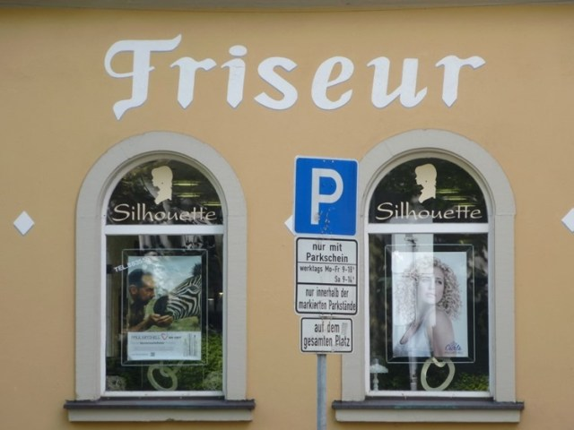 Französischer Einfluss ... Friseur kommt aus dem frz. von friser, kräuseln