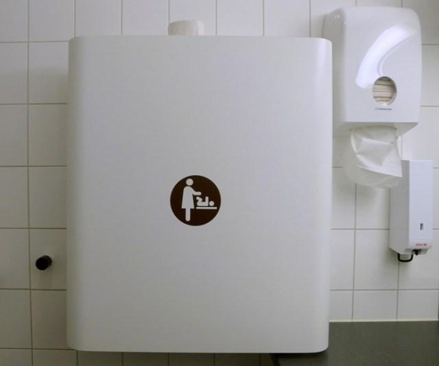 Wickelkomode in der Herrentoilette ...