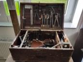 Der Blick in den Werkzeugkoffers eines Fliesenlegers, allein die Geschichte zu dem Koffer ist bezaubernd... Muss man vor Ort nachlesen. <3