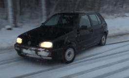 Еве зашто не треба да возите с'с летни гуме на снег (видео)