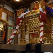装飾を施し、神霊が遷られた神輿は、14日の神幸祭まで拝殿に鎮座される