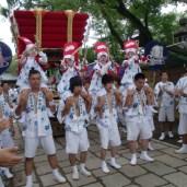 祭りに奉仕する間、地面に触れないように肩車される敲児たち