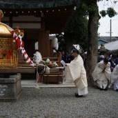 摂社赤留比賣命神社境内の御旅所にて神事が行われる