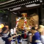 夜になり、神輿が杭全神社に還られる