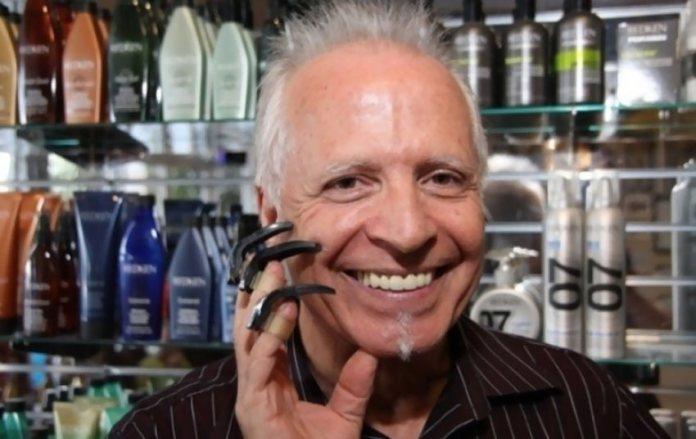 Парикмахер стрижёт своих клиентов с помощью надеваемых на пальцы когтей