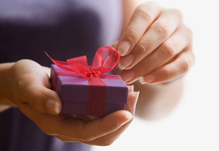 Что подарить на Новый год: коллеге, маме, любимому