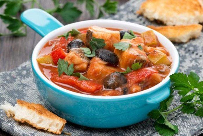 Тушеная рыба с овощами и оливками