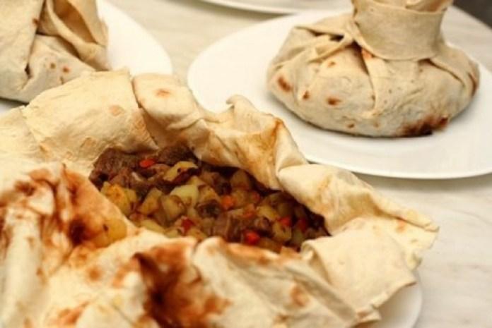 Мясо с баклажанами в армянском лаваше