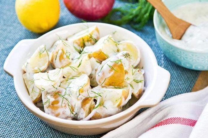 Салат из молодого картофеля с зеленью и сметаной