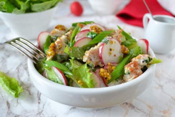 Весенний салат из жареной курицы и редиса